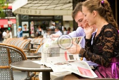 Pareja romántica en París, la lectura de periódicos en la cafetería