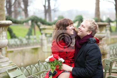 Pareja romántica en un parque en la primavera, que data
