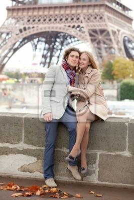Pareja romántica hermosa en París cerca de la Torre Eiffel