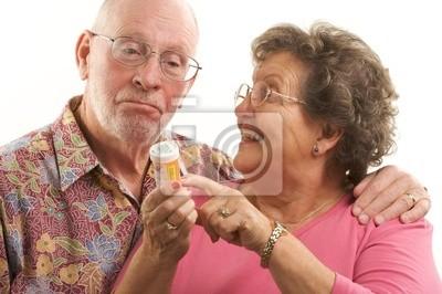 Pareja senior con perscription botella