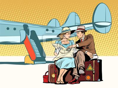 Pares de turistas que miran el mapa, después de aterrizar
