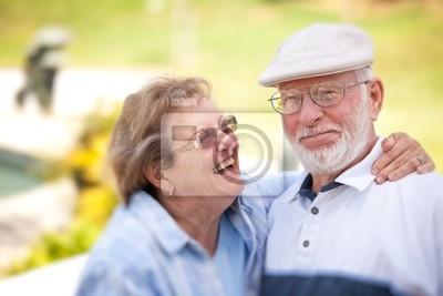 Pares mayores felices en el parque