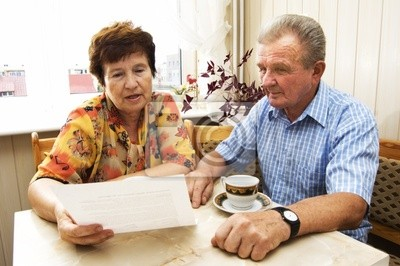 Pares mayores que estudian el documento conjunto en el hogar
