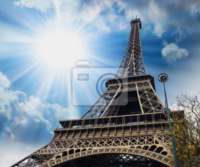París, 27 de noviembre: La torre Eiffel, vista desde abajo.