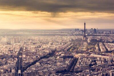 Póster París, Francia horizonte al atardecer. Torre Eiffel en la luz dorada romántica
