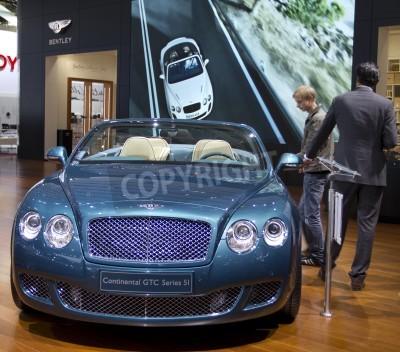 Póster Paris Motor Show 2010 en París, mostrando Bentley Continental GTC Series 5I