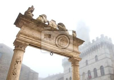 Parte superior del pozo, en la Piazza Grande, Montepulciano (Italia).