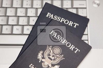 Pasaportes en la computadora portátil teclado