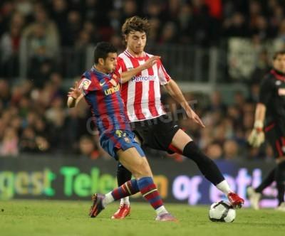 Póster Pedro de Barcelona y de Bilbao Amorebieta en acción durante un partido de la Liga española entre el FC Barcelona y el Athletic de Bilbao en el estadio del Camp Nou el 3 de abril de 2010 en Barcelona,