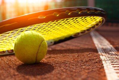 Póster pelota de tenis en una cancha de tenis