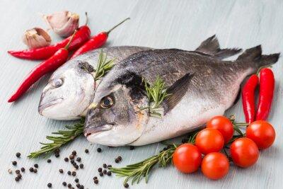 Póster Pescado crudo fresco dorado con verduras y especias. Comida sana