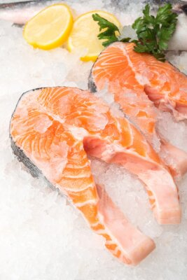 Póster Pescado fresco de salmón con limón en el mercado