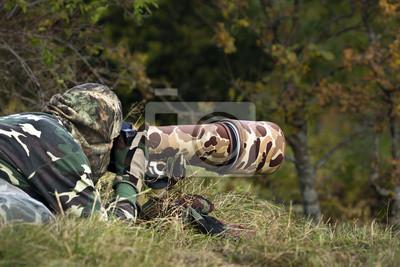 Photographe animalier en tenue de camuflaje