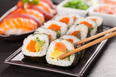 Póster piezas de sushi con los palillos