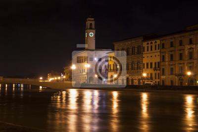 Pisa por la noche desde el río.