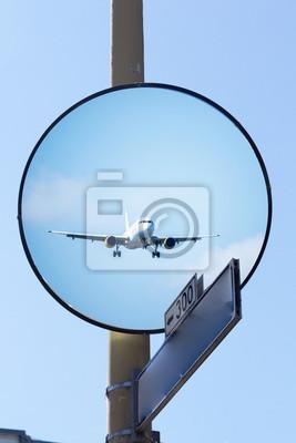 Plano reflejado en el espejo durante el aterrizaje.