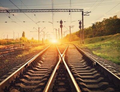 Póster Plataforma de tren de carga al atardecer. Ferrocarril en Ucrania. estación ferroviaria