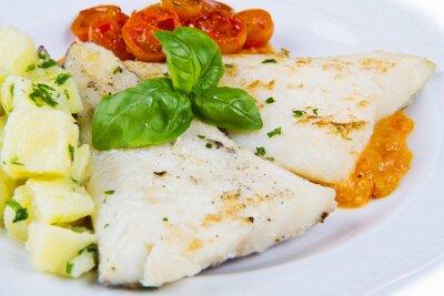 Póster plato blanco de bacalao negro fresco con patatas y salsa de tomates
