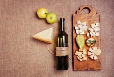 Póster Plato de queso adornado con miel, manzana y botella de vino en