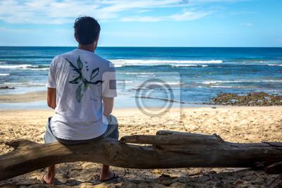 Playa Negra, Costa Rica - 5 de noviembre de 2013 - Joven observando la playa vacía en Playa Negra, Costa Rica, América Central
