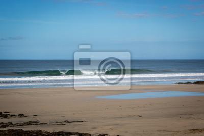 Playa vacía en un día de cielo azul en Playa Negra, costa norte de Costa Rica