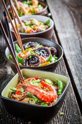 Póster Pocas fideos asiáticos tradicionales con marisco