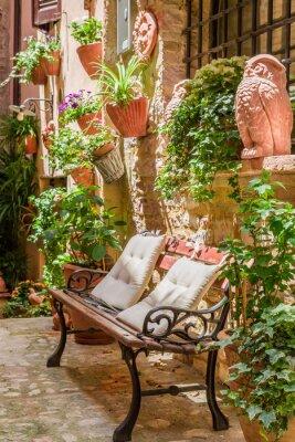 Póster Porche en pequeña ciudad en Italia en verano, Umbría
