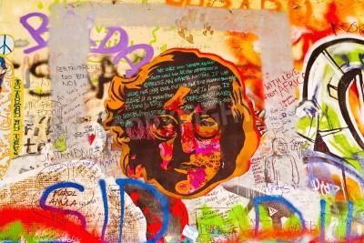 Póster PRAGA, REPÚBLICA CHECA - 11 de septiembre 2014: famoso Muro de John Lennon en la isla de Kampa de Praga está lleno de Beatles inspirado graffiti y piezas de letras desde la década de 1980. Graffities