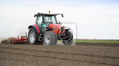 Preparación de la tierra para la siembra en primavera, agricultor de tractor