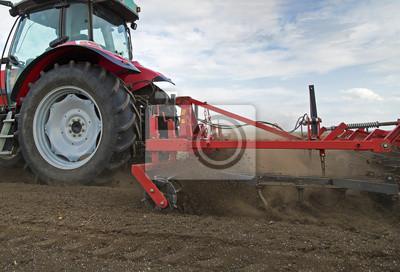 Primer plano de la agricultura campo de cultivo tractor rojo