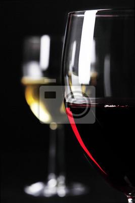 Primer plano de la copa de vino tinto y blanco copa de vino en el fondo