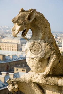 Primer plano de la gárgola en la parte superior de Notre-Dame de Paris