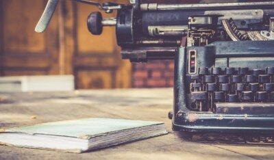 Póster primer plano de la máquina de escribir de la vendimia de estilo retro