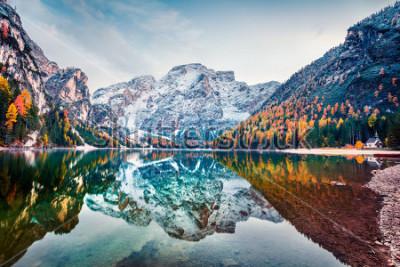 Póster Primera nieve en el lago Braies. Paisaje colorido del otoño en las montañas italianas, Naturpark Fanes-Sennes-Prags, dolomita, Italia, Europa. Belleza del fondo del concepto de naturaleza.