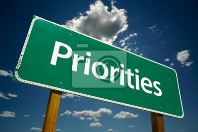 """""""Prioridades"""" señal de tráfico con las nubes y el cielo espectacular."""