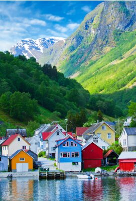 Póster Pueblo y vistas al mar en las montañas en el fiordo de Geiranger, Noruega