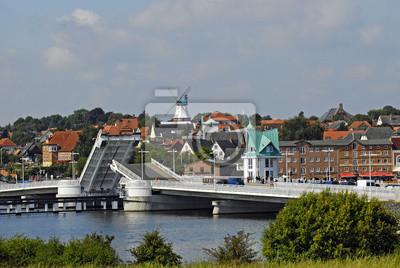 Puente basculante sobre el Schlei frente al panorama de la ciudad de Kappeln