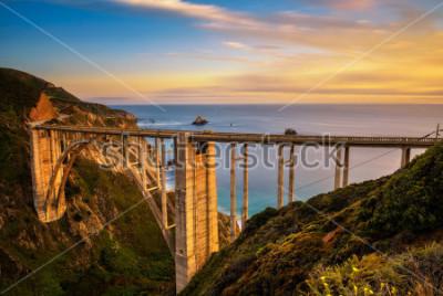 Póster Puente de Bixby (Rocky Creek Bridge) y la autopista de la costa del Pacífico al atardecer cerca de Big Sur en California, EE. UU. Larga exposición.