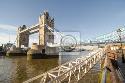 Puente de la Torre y el río Támesis en Londres