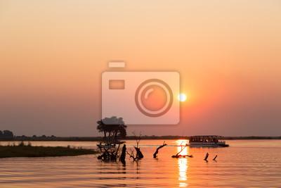 Puesta de sol durante un viaje en barco, en el río Chobe, Botswana