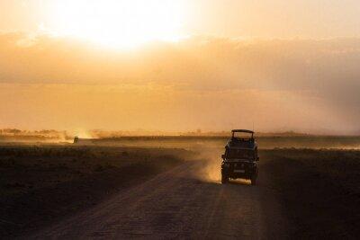 Póster Puesta de sol en la sabana africana, siluetas de coche de safari y animales, África, Kenia, Parque Nacional de Amboseli