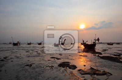 puesta de sol y mar sucio de la contaminación