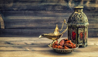 Póster Ramadán lámpara y fechas sobre fondo de madera. linterna oriental