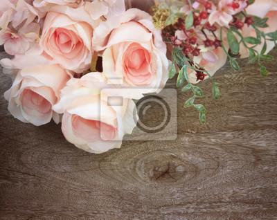 ramo de rosas en la madera de textura de fondo