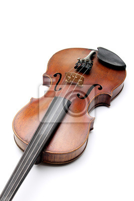 Rasguñado viejo violín, aislado en fondo blanco.