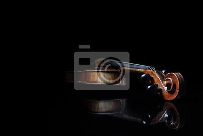 Rasguñado viejo violín, que se refleja en la superficie del espejo negro