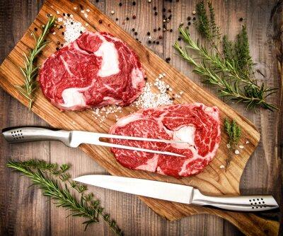 Póster Raw carne fresca Ribeye Steak con hierbas y especias. Estilo retro