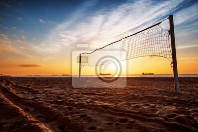 Red del voleibol y el amanecer en la playa