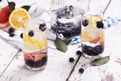 Póster Refrescante cóctel de verano casero con bayas y frutas. Enfoque selectivo