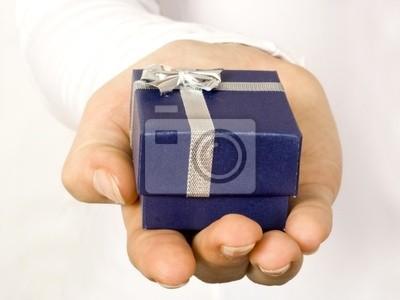 regalo en la mano